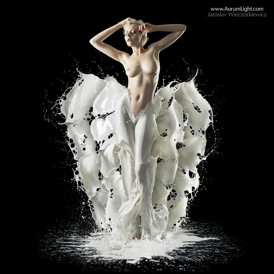 Девушка в молоке